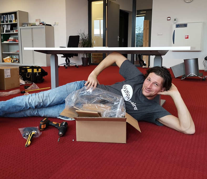 Steelforce 470 zit sta bureaus  | wissel staan en zitten achter je bureau af | Worktrainer.nl