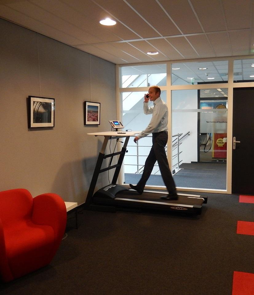 Loopband WTB600 met stabureau om heerlijk te wandelen tijdens je werk | Bekijk ergonomische kantoormeubelen op Worktrainer.nl