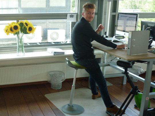 De actieve zit-stakruk Aeris Muvman is een perfecte aanvulling voor bij een in hoogte verstelbare bureau en motiveert de zit-sta-dynamiek. | Worktrainer.nl