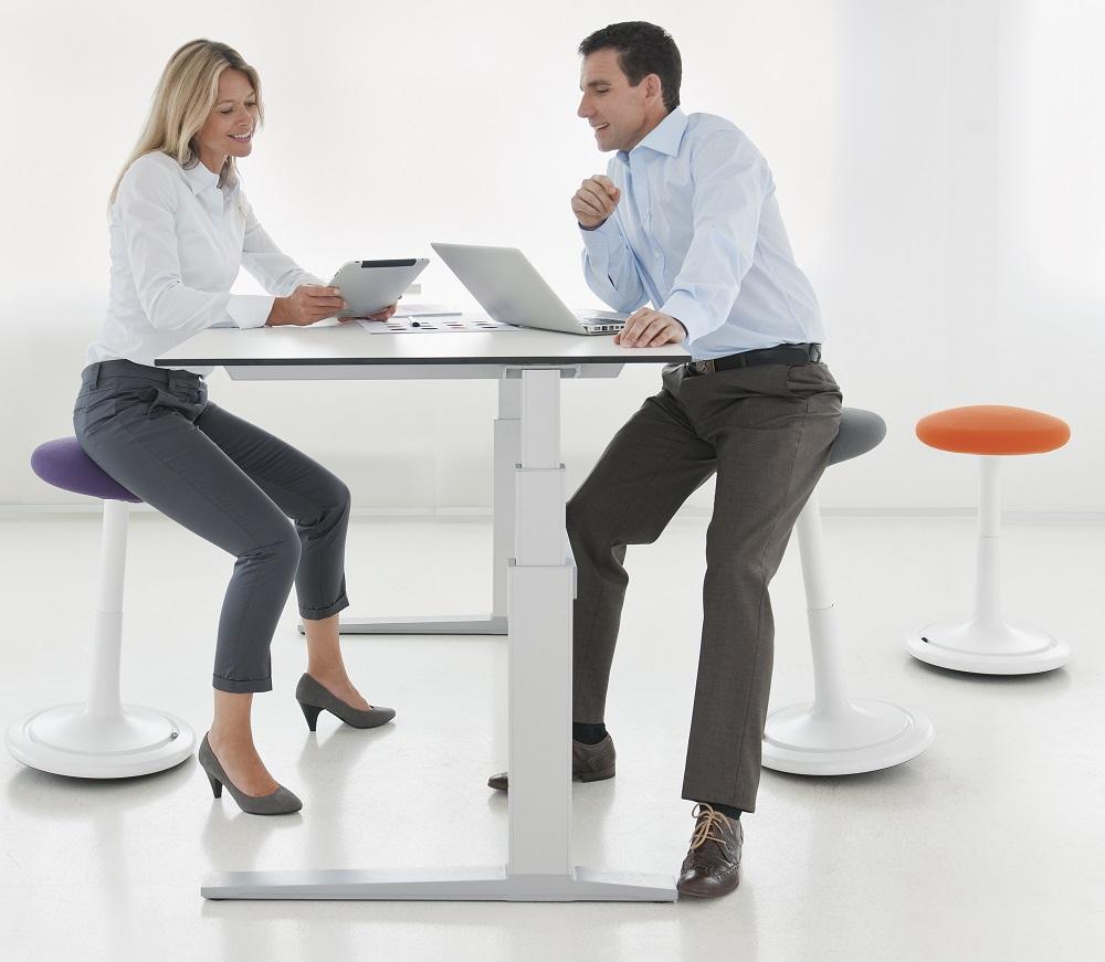 Ongo balansstoel |  beweegkruk | balanskruk | wissel staan en zitten achter je bureau af | Worktrainer.nl