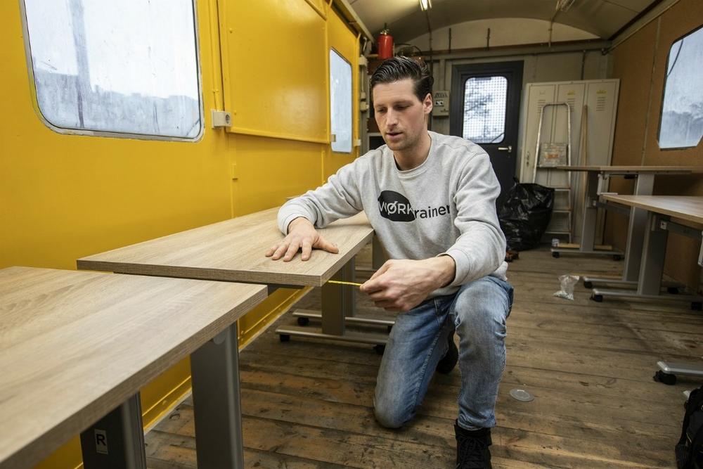 Eenvoudig verplaatsbaar zit sta bureau Steelforce 100 handmatige bediening met 4 wielen | Worktrainer.nl