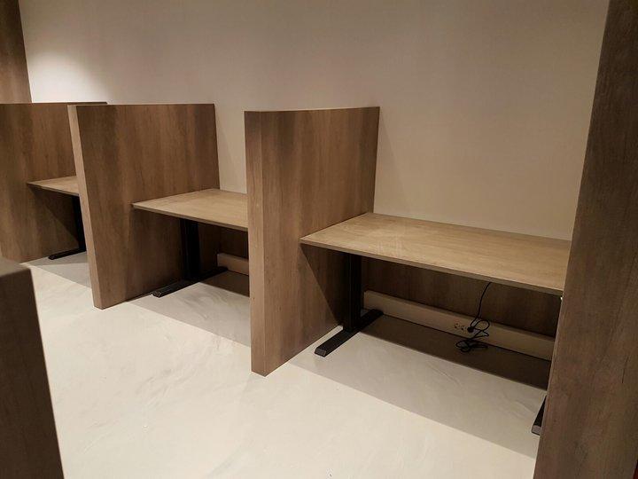 Zit-sta bureau A140 met een bruin eiken werkblad