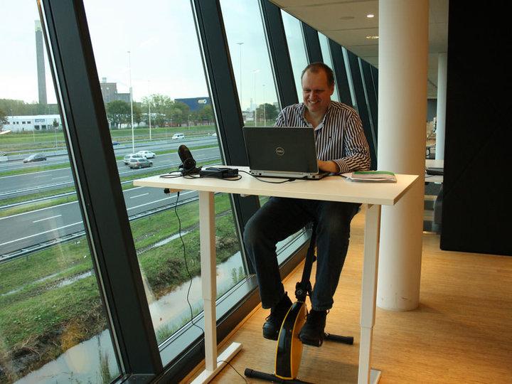 Hard- en software leverancier Oracle plaatst op elke etage deskbikes. Gaaf uitzicht!
