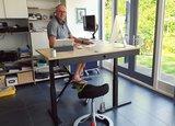 Back app met hoekbureau en Deskbike  zadelkruk zadelstoel | zitten en bewegen achter je bureau af | Worktrainer.nl