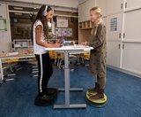 BouncyDesk in klaslokaal   kies voor een gezonde werkplek bezoek Worktrainer.nl