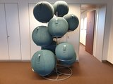 zitbalstandaard | wissel staan en bewegend zitten achter je bureau af | Worktrainer.nl