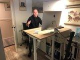 thuiswerken met een study desk  - klein zit sta bureau - thuiswerkplek