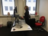 Updesk Cross handmatig bureauverhoger Updesk Cross Gasveer bureauverhoger staan achter je bureau | ergonomisch kantoormeubilair