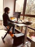 Lekker met de kat op je bureau fietsen l Deskbike bureaufiets | Fiets je fit achter je bureau | Worktrainer.nl